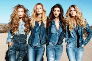 Собирать тотальные джинсовые комплекты нужно красиво и продуманно