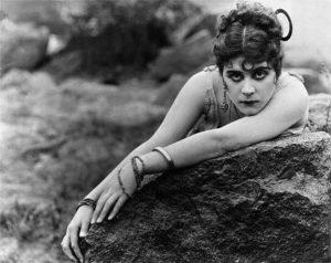 Актриса немого кино, Теодосиу Барр Гудман, секс — символом 20-х годов, привнесла термин «женщина Вамп» в нашу жизнь, сыграв вампиршу