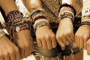 Браслеты в бохо стиле должны быть жесткими, твердыми, блестящими и яркими