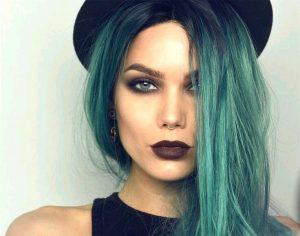 В стиле гранж приветствуются окраска волос яркими тонами и темная помада