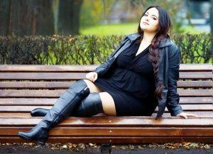 Пухленьким девушкам отлично подойдут ботфорты из матовой черной кожи