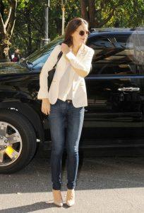 Звезда Кэти Холмс предпочитает носить блузки свободного кроя с узкими джинсами