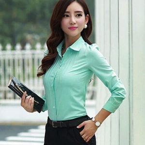 Любой строгий верх блузки, выполненный с минимализмом, придаст облику сдержанный и элегантный вид