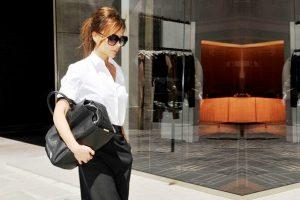 Виктория Бэкхем, известная как икона стиля, не раз появлялась в белой блузе и одежде классического черного цвета