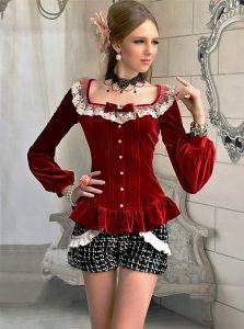 Модница с удовольствием выберет струящуюся блузку из шелка с красивыми манжетами и воротничком