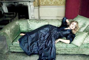 На снимках журналов Адель можно увидеть в нарядах из струящихся и матовых тканей