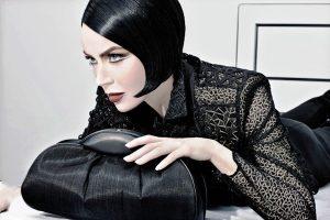 Притягательный и интригующий драматический стиль в одежде создает образ уверенной в себе женщины
