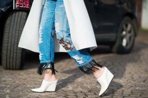 Прямой крой джинсов, чтобы вписаться в понятия бохо стиля, требует дополнительного оформления бахромой