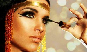 В макияже в египетском стиле достаточно сделать широкую стрелку на верхнем и нижнем веке с помощью подводки угольно-черного цвета и жирным слоем прокрасить ресницы