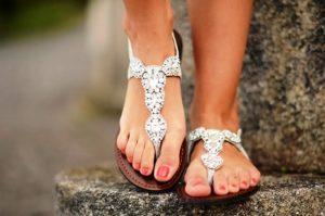 Обувь в индийском стиле должна быть без каблуков, легкой и колоритной