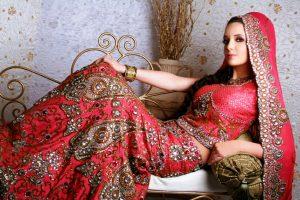 Индийский стиль в одежде манит своим сказочным колоритом и спецификой восприятия женского образа