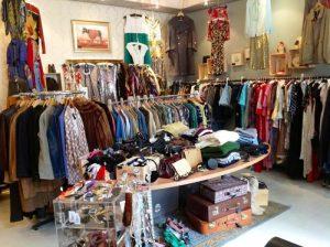 Существуют магазины, специализирующиеся на продаже винтажной одежды и старинных вещей