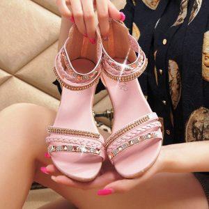 Обувь в восточном стиле должна быть без каблука и украшена блестящими вставками