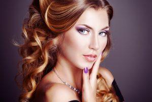 Идеальная прическа, чтобы полностью вписаться в женственный образ будет из длинных струящихся волос, а в макияже акцент на яркость губ и выразительность глаз просто необходим