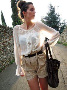 Блузку в бельевом стиле уместно надеть с шортами
