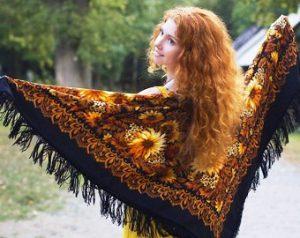 В холодное время можно накинуть на плечи шаль с расписными узорами
