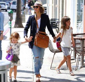 Совмещая роли мамы, актрисы, бизнес-леди, Джессика в повседневном луке выглядит настолько просто и естественно, что до сих пор звезду не смогли застать врасплох на улиц