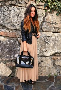Длинная бежевая юбка в сочетании с черной кожаной курткой выглядит очень эффектно