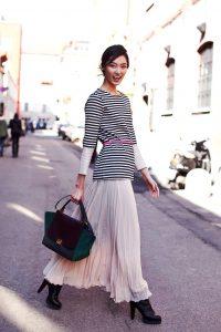 Длинная бежевая юбка отлично смотрится блузами в морском стиле