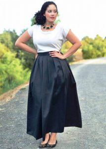 При создании строгого летнего образа, полным девушкам подойдет однотонная длинная юбка и светлый верх