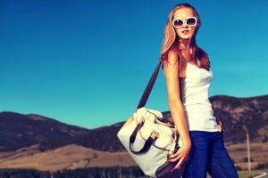 Большие объемные сумки спортивного стиля сочетаются с одеждой практически всех молодежных направлений