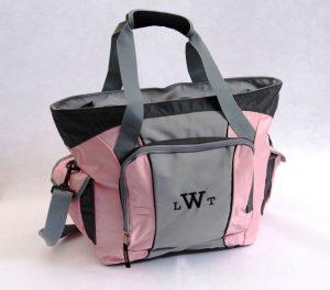 Цвет женской спортивной сумки может быть от серого до ярко розового