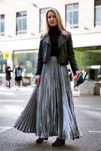 Серебристые юбки плиссе с металлическим оттенком лучше всего сочетаются с черным верхом