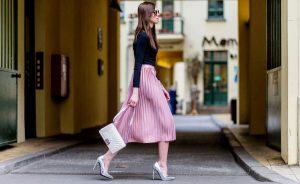 Туфли на каблуке, маленькая сумочка на цепочке и юбка плиссе средней длины - это классическое сочетание