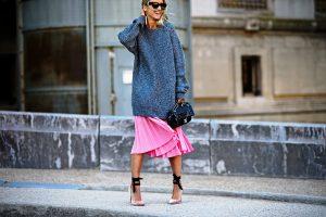 Свитер оверсайз в сочетании с плиссированной юбкой миди - все, что нужно для создания casual-стиля