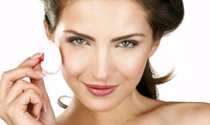 Как красиво сделать макияж - сначала наносим основу