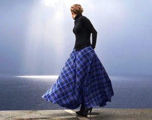 Длинная шерстяная юбка-солнце в клетку в сочетании с черным гольфом и сапожками на шпильках создаст неповторимый загадочный образ