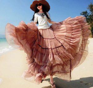 С юбкой фасона «солнце-клеш» уместны будут облегающие яркие топы, пестрые либо украшенные аппликациями футболки и обувь на танкетке