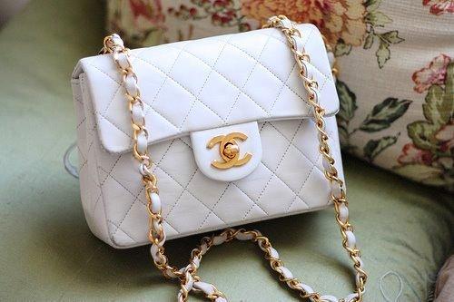 В эту маленькую сумочку помещается все , что нужно каждой моднице
