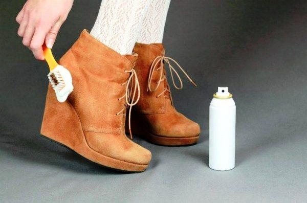 Замшевую обувь чистят специальной щеточкой