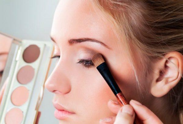 Секреты нанесения рассыпчатых теней важны для тех, кто предпочитает макияж «по всем правилам».