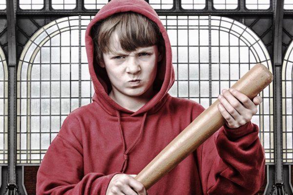 У мальчишек в пубертатном возрасте импульсивно возникает чувство ненависти не только к окружению, но и к себе самому