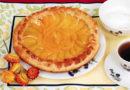 Как испечь пирог с консервированными персиками