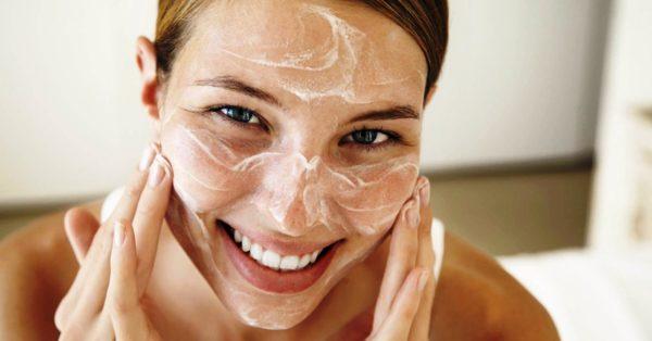 В хлористом пилинги комбинация мыла и хлопьев выводит все загрязнения с кожи лица