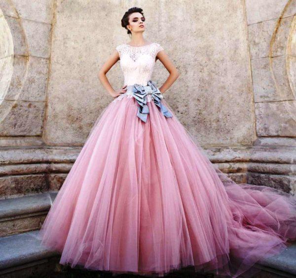 А худенькие девушки со спортивной фигурой могут надеть абсолютно любую модель свадебного платья