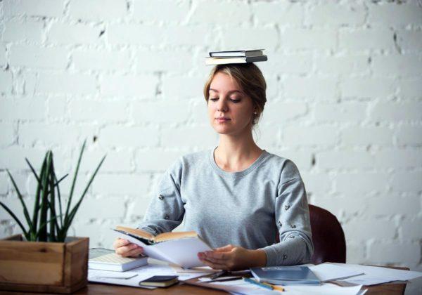 Упражнения с книгой помогают не только избавиться  от второго подбородка, но и улучшить свою осанку