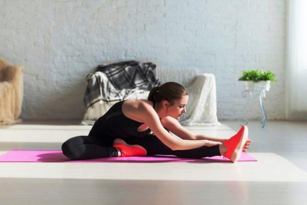 Утренняя гимнастика и занятия спортом способствуют укреплению мышц всего тела и подтягиванию подбородка