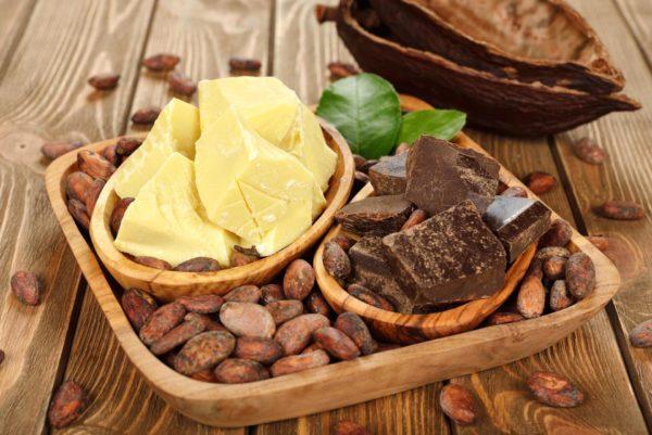 В масле какао содержатся активные элементы, восстанавливающие тургор и гидролипидный баланс, регенерирующие, смягчающие, омолаживающие и тонизирующие компоненты, нужные для регенерации кожи