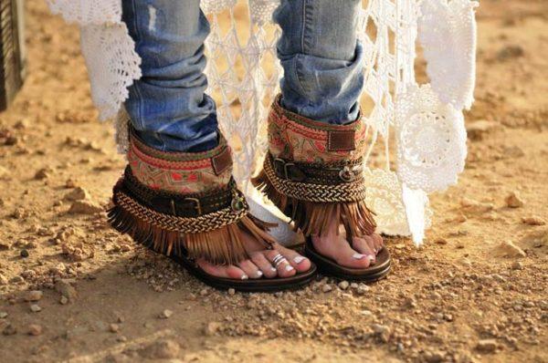 Туфли и босоножки с бахромой носили девушки-флэпперы в 1920-е годы, но особую популярность обувь с бахромой получила в 1960-е годы в эпоху хиппи или, как они сами себя называли, «прекрасных людей» и «детей цветов»