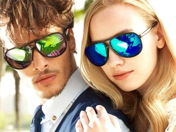 Очки-хамелеоны, переливающиеся всеми цветами радуги, голубые или ярко-оранжевые очки от Oakley станут прекрасным дополнением к стильному молодежному образу