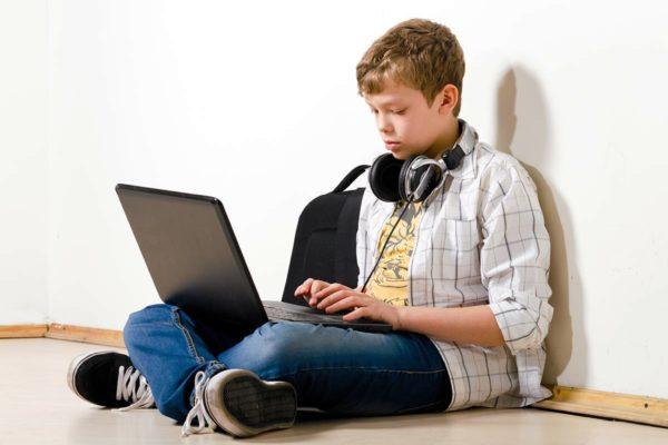Компьютерная зависимость мешает полноценному развитию мальчика подростка
