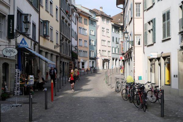 В Цюрихе много кафе, ресторанов и магазинов