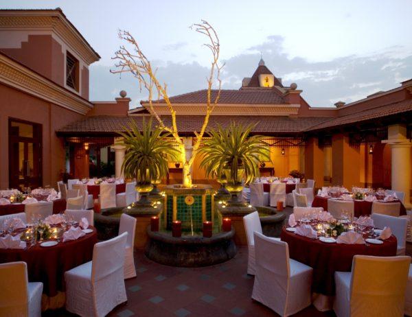 В ресторанах все очень вкусно и изысканно, официанты обслуживают просто идеально