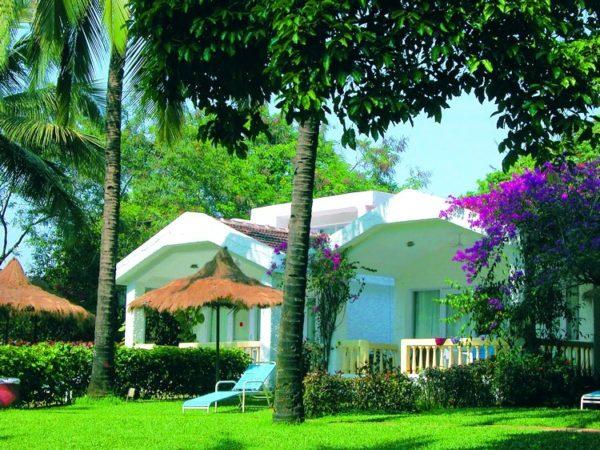 Территория отеля Majorda Beach Resort 5* окружена зеленью