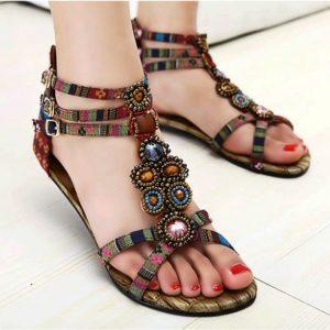 Обычные плетеные сандалии коричневого цвета очень популярны среди представительниц богемного образа.