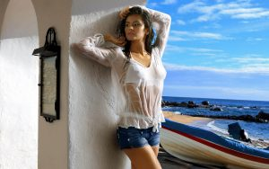 Джинсовые шорты для отдыха на море - это своеобразная классика
